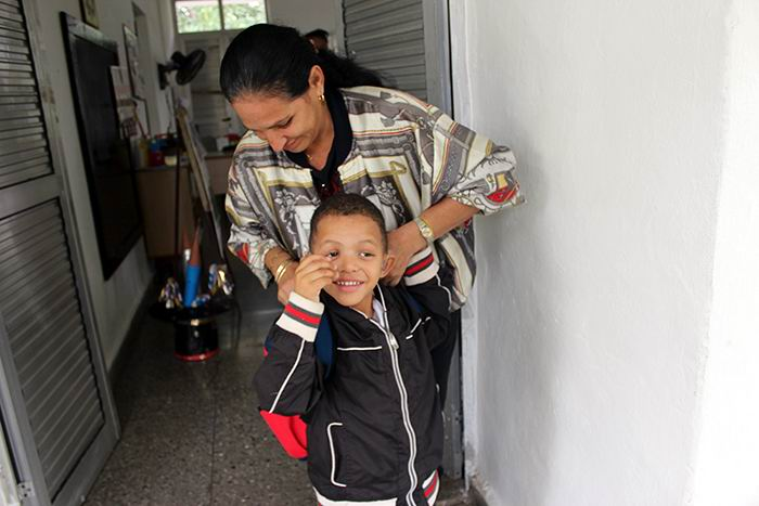 Maira de la Fe junto a su nieto Kevin. Foto: Teresa Valenzuela