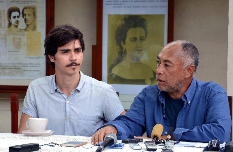 El cineasta cubano Rigoberto López (D), director de la película El Mayor, junto al actor Daniel Romero Pildain, protagonista del filme, en conferencia de prensa en la ciudad de Camagüey, el 16 de enero de 2018. Foto: Rodolfo Blanco