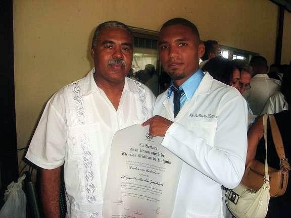 Alejandro Martín junto a su padre, es ya el Doctor Martín. Foto: Aroldo García