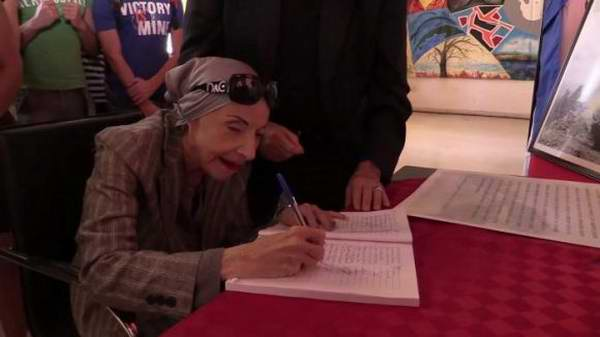 Firman Alicia Alonso y el Ballet Nacional de Cuba juramento de ser fieles al concepto de Revolución. Foto: Granma