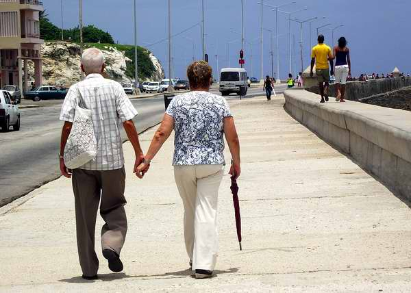Ancianos caminando por el Malecón