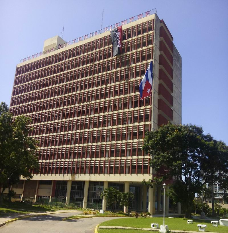 Bandera cubana colgada en el Ministerio del Transporte: Foto: Yoel Almaguer