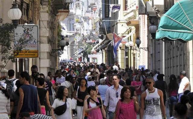El concurrido boulevard de la calle Obispo, en La Habana Vieja. Foto: Tony Hernández