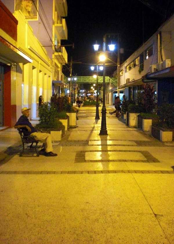 El paseo – o boulevard- de la Villa de San Salvador de Bayamo es un sitio muy concurrido en la urbe donde diversas manifestaciones artísticas agradan la vista al transeúnte. Iván Morales Morales