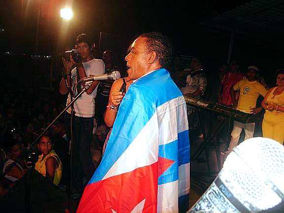 Cándido Fabré regaló a los holguineros cinco horas y treinta y cinco minutos de buena música cubana; al tiempo que recibía de manos de las autoridades de la provincia el Micrófono de la Dignidad y el nombramiento de
