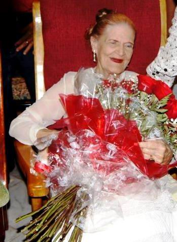 Felicita Raúl Castro a la poetisa Carilda Oliver, en su aniversario 95. Foto: José Miguel Solís