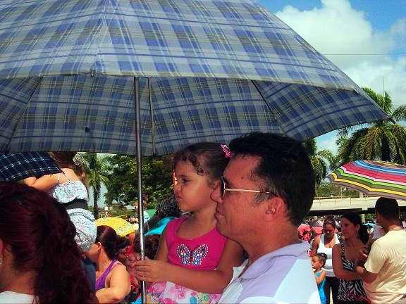 El Carnaval infantil en Holguín, sombrilla en mano. Foto Aroldo García