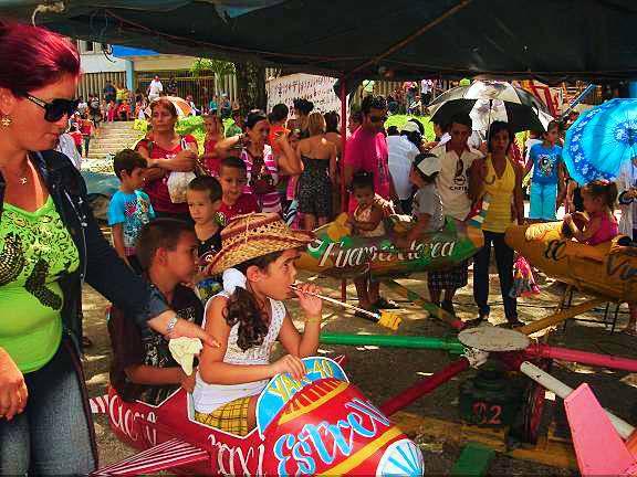 El Carnaval infantil en Holguín, sombrilla en mano