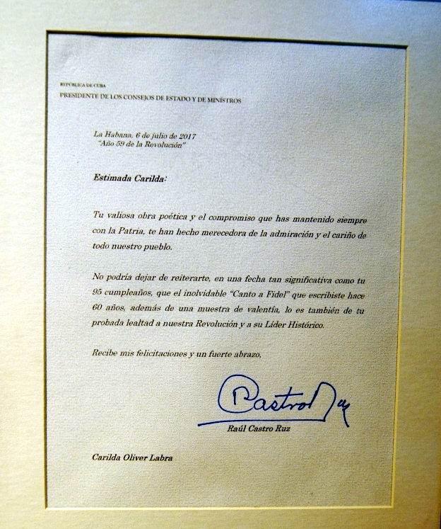 Felicita Raúl Castro a la poetisa Carilda Oliver, en su aniversario 95