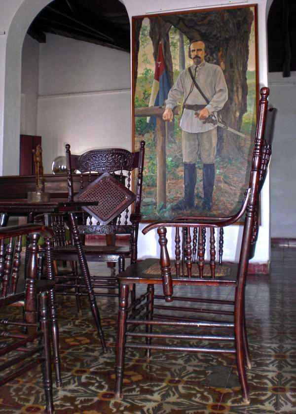 La Casa de la Nacionalidad se encuentra ubicada en la Plaza del Himno de la ciudad granmense. En ella se guardan archivos de ilustres personalidades históricas del territorio. Iván Morales Morales