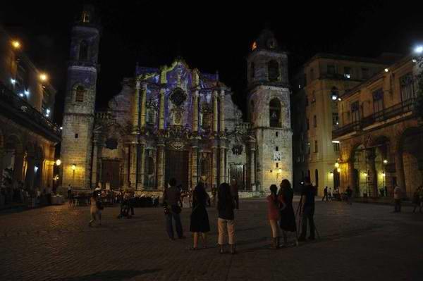 Proyección de imágenes alegóricas con motivo de la visita de Su Santidad Benedicto XVI, en la Catedral de la Habana, Cuba, el 25 de marzo de 2012. Foto: Abel Ernesto./AIN