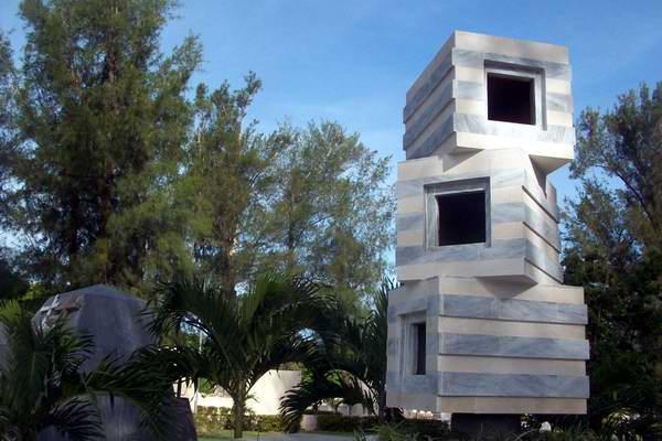 Bloques superpuestos, por orden de fallecimiento para los osarios en el monumento a los músicos. Foto Mireya Ojeda