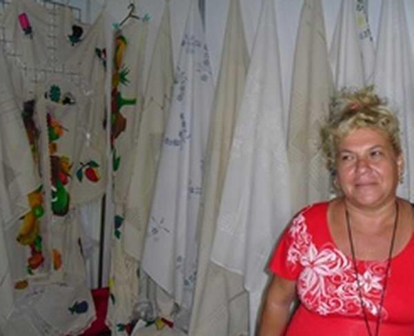 Iliana Hidalgo: hay que mantener la tradición del deshilado en Cuba. Foto: Marichi