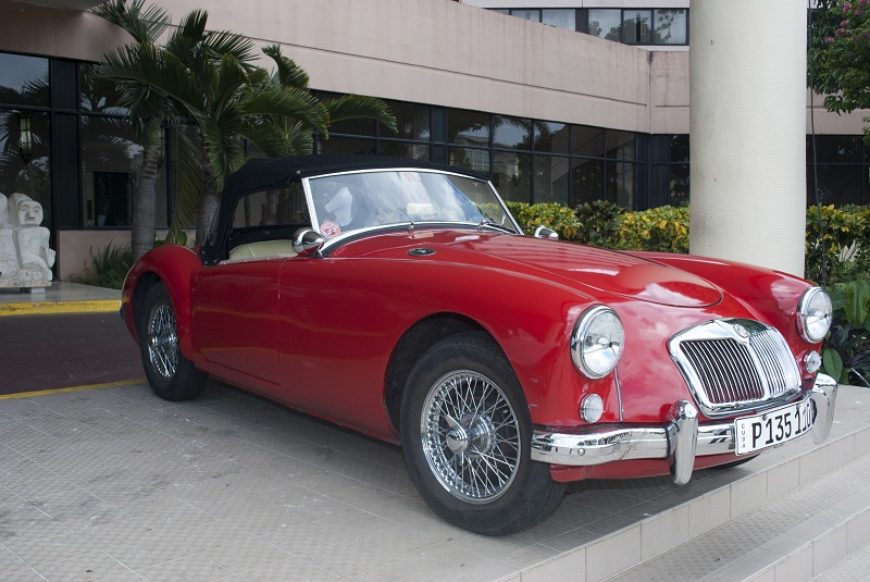 Autos clásicos británicos por La Habana
