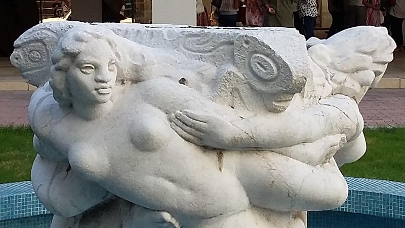 Desde hace más de medio siglo ella permanece allí, en el patio central del Museo de Bellas Artes
