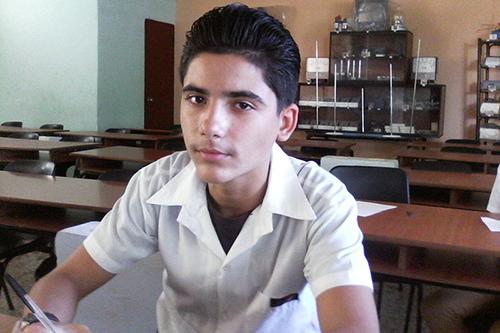 """El estudiante Dílan Steegers, de trece años de edad cursa el octavo grado en la escuela secundaria básica """"Tupac Amaru"""""""