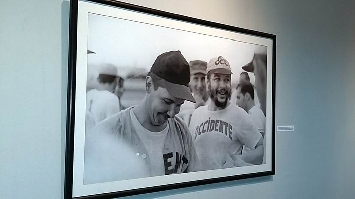 Exposición fotográfica dedicada a la figura del Guerrillero Heroico en el Túnel del Pabellón Cuba