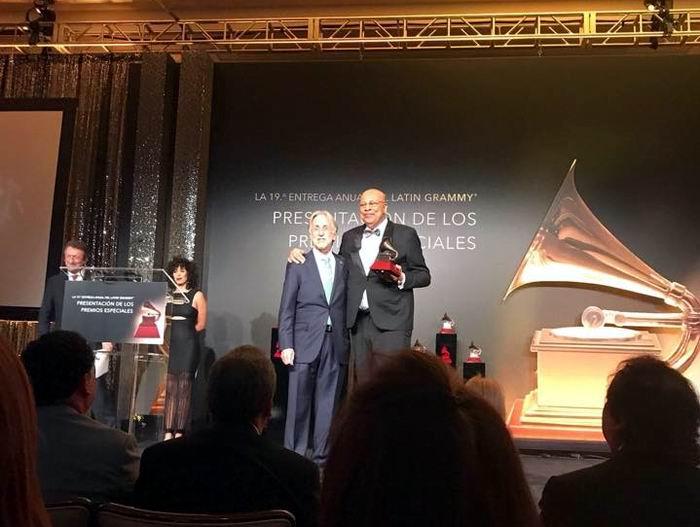 Chucho recibe el Grammy Latino a la Excelencia 2018. Foto: tomada de su cuenta de Facebook