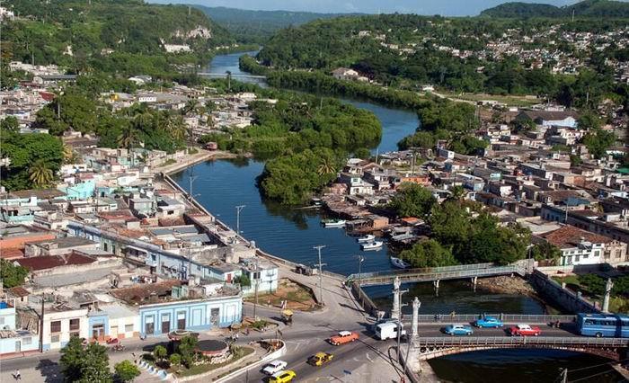 El manso rio Yumurí, serpentea la ciudad