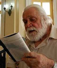El escritor uruguayo-cubano Daniel Chavarría recibió el pergamino de Huésped Ilustre