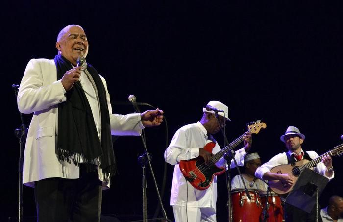 Danny Rivera y la emblemática Orquesta Aragón en el teatro Mella de La Habana. Foto: Abel Rojas Barallobre