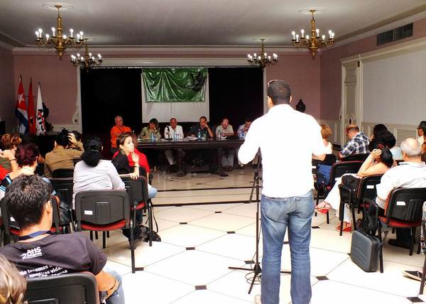 La representación de jóvenes artistas y escritores cubanos expusieron abiertamente sus principales preocupaciones sobre la temática durante el II Congreso de la AHS. Foto: Abel Rojas.