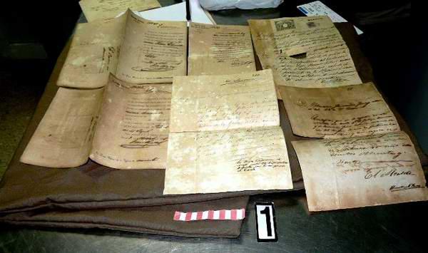 El turista holandés trasladaba certificados de defunción de cimarrones cubanos que datan del siglo XIX. Foto José Miguel Solís