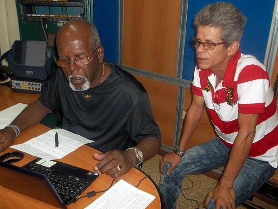 Ismael Rensoli, director de Haciendo Radio junto a Camilo Velazco Petitón, Director de la emisora La Voz del Níquel. Foto: Aroldo García.