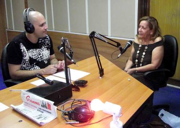 María Elena Pena junto al locutor Pedro Martínez Arcos de Así en Radio Rebelde. Foto Abel Rojas