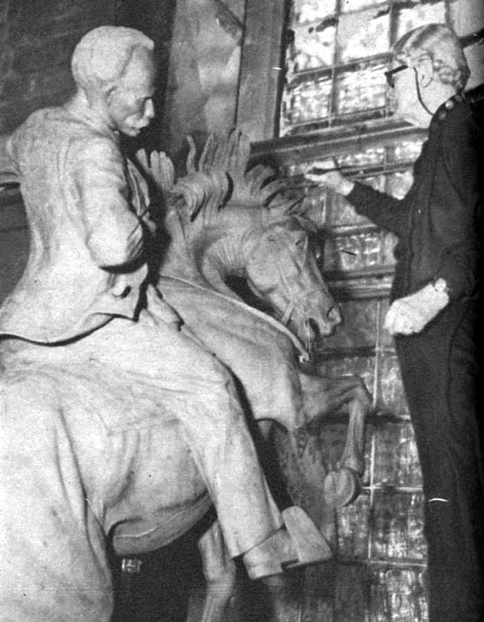 Anna Hyatt Huntington modelando la estatua de nuestro Apóstol. Foto de Osvaldo Salas aparecida en Bohemia en 1957