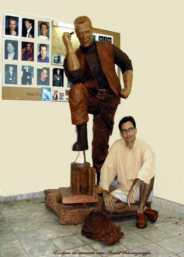 Escultura de tabaco de Arnold Schwarzenegger junto al artista Janio Núñez de la serie Famosos Fumadores