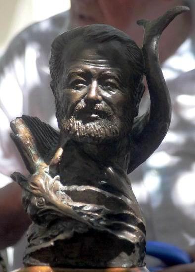 Escultura del artista y guerrillero italiano Renzo Orvieto, un trofeo del certamen internacional de pesca celebrado en 1989, fue donada por su compatriota Franco Lucchetta al Museo Ernest Hemingway, en la Finca La Vigía, en el poblado San Francisco de Paula, en La Habana, el 24 de abril de 2013. Foto: Oriol de la Cruz/AIN