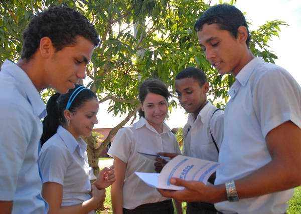 Estudiantes de la enseñanza media debaten temas vitales de la organización