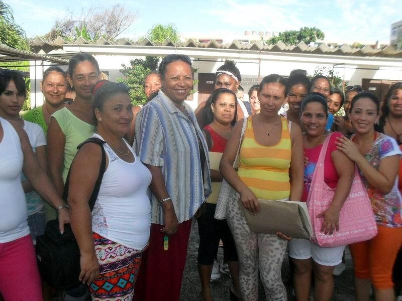 Felicia Miranda  intercambia con alumnas y profesoras  la mañana de un sábado. Foto: Teresa Valenzuela.