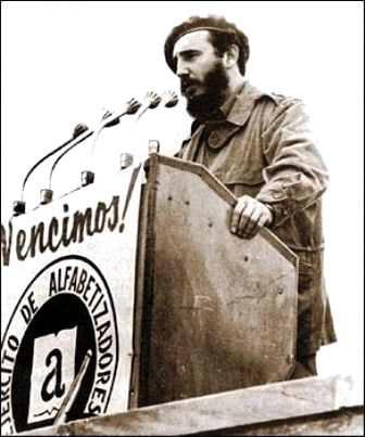 """Fidel Castro: """"Vamos a proceder a izar la bandera con la que el pueblo de Cuba proclama ante el mundo que Cuba es ya Territorio Libre de Analfabetismo"""""""