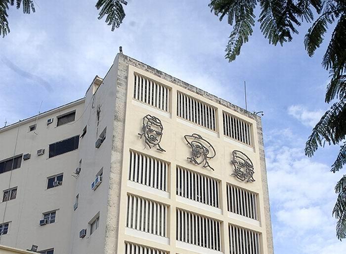 Conjunto escultórico, que refleja a los tres eternos jóvenes rebeldes del logotipo de la UJC: Julio Antonio Mella, Camilo Cienfuegos y Ernesto Che Guevara.