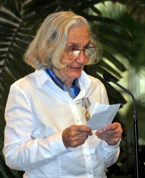 La destacada intelectual cubana Fina García-Marruz, durante la ceremonia donde le fuera concedida la Orden José Martí, que otorga el Consejo de Estado de la República de Cuba, en La Habana, el 29 de abril de 2013. Foto: Oriol de la Cruz Atencio/AIN