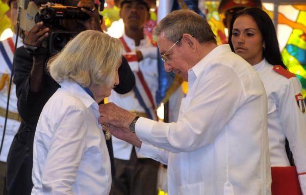 Recibe Fina García-Marruz Orden José Martí de manos de Raúl Castro
