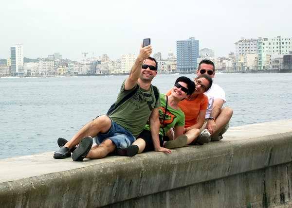 Turistas en el Malecón Habanero