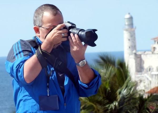 Fotógrafo de la prensa cubana. Foto: Abel Rojas Barallobre.
