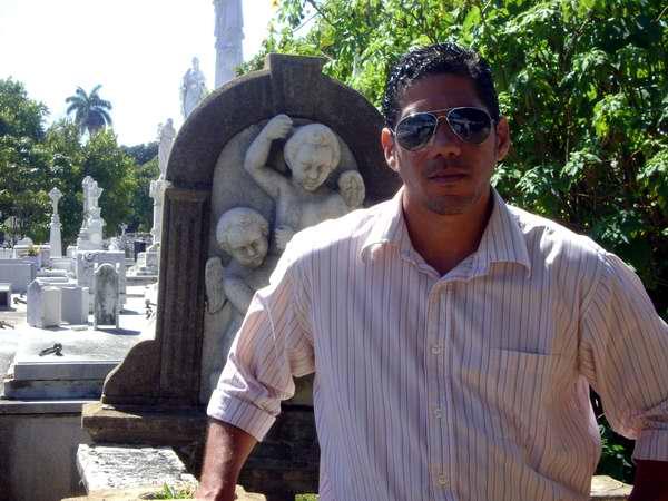 Frank David en el cementerio. Foto de la autora