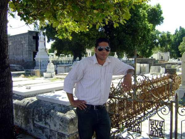 Frank David Frías en el cementerio. Fotos de la autora