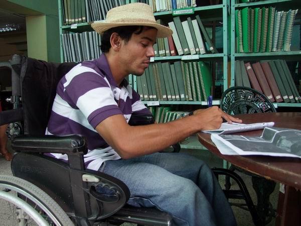 Héctor Luis Leiva Cedeño se enfrenta cada día con una sonrisa a la vida, abriendo una luz de esperanza. Foto: Nelson Ricardo