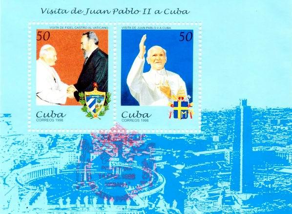 Hoja bloque, integrada por dos sellos de 50 centavos, impresos en se tenant,  muestra en uno de ellos a Juan Pablo II con el Comandante en Jefe Fidel Castro