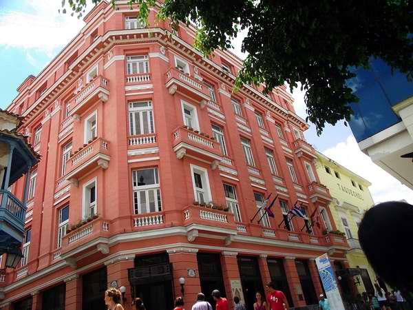 La calle Obispo, una de las más populares de La Habana