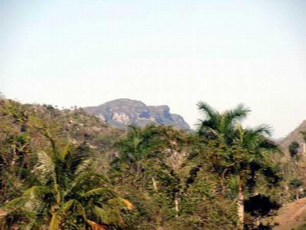 Visto desde un lugar conocido como Sitio del Infierno, se puede apreciar en la distancia la cima de tres elevaciones que al unirse hacen la figura de Martí de cara al sol.