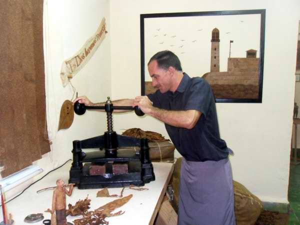 Proceso creativo de Janio Núñez, escultor del tabaco. Foto Yanela Soler Más