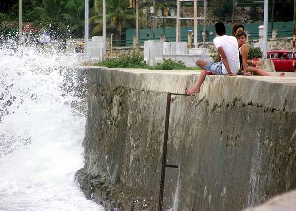 Jóvenes en el muro del Malecón