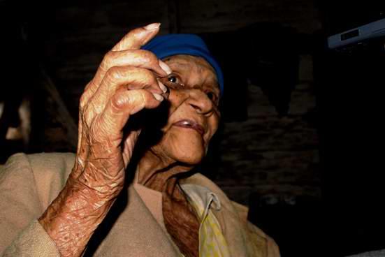 Contar historias aprendidas es como volver a vivirlas para Juliana Alfonso, nieta de esclavos. Foto José Miguel Solís
