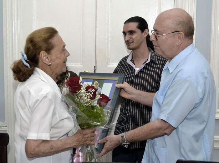 El presidente de la Unión de Escritores y Artistas de Cuba (UNEAC), Miguel Barnet, entregó un diploma de reconocimiento a la mexicana Julieta Martínez de Maristany. Foto: Abel Rojas Barallobre